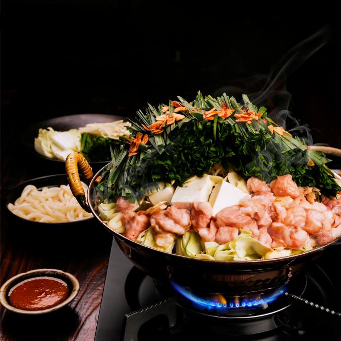 Motsu nabe (Lẩu lòng bò wagyu) sẽ kết thúc bữa nướng thật trọn vẹn. Đây là món nhất định bạn phải thử khi đến với nhà hàng. Các đầu bếp dùng lòng non của bò Wagyu Nhật, rất giàu collagen. Vị ngọt của bắp cải và hẹ lá, mùi thơm đậm đà từ tỏi tươi, một ít ớt bột cho vị cay nhẹ, kết hợp với nấm, đậu hũ và giá đỗ cùng nước lẩu cay nhẹ đậm đà... sẽ làm hài lòng bạn ngay từ lần thử đầu thưởng thức.