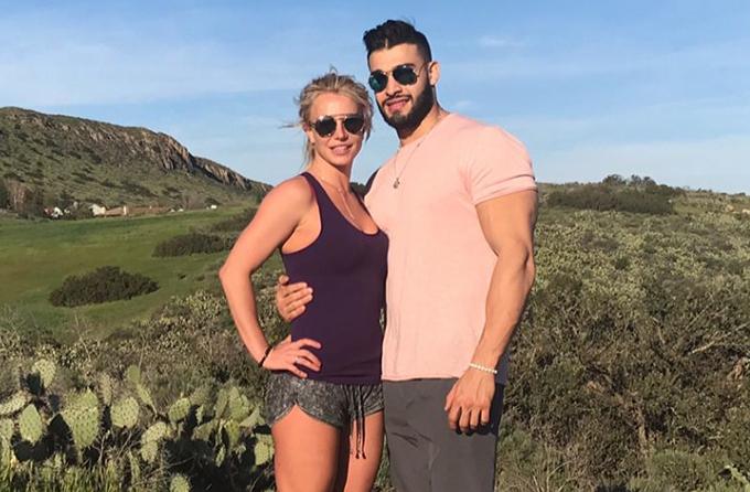 Britney Spears (36 tuổi) và người mẫu Sam Asghari (24 tuổi) hẹn hò từ năm 2016 sau khi đóng cùng trong video ca nhạc Slumber Party. Cặp đôi cùng sở hữu thân hình nóng bỏng và luôn thể hiện tình yêu đắm đuối dành cho nhau. Britney tuy đã ở tuổi U40 và là mẹ của hai cậu con trai nhưng vẫn rất tươi trẻ, gợi cảm.