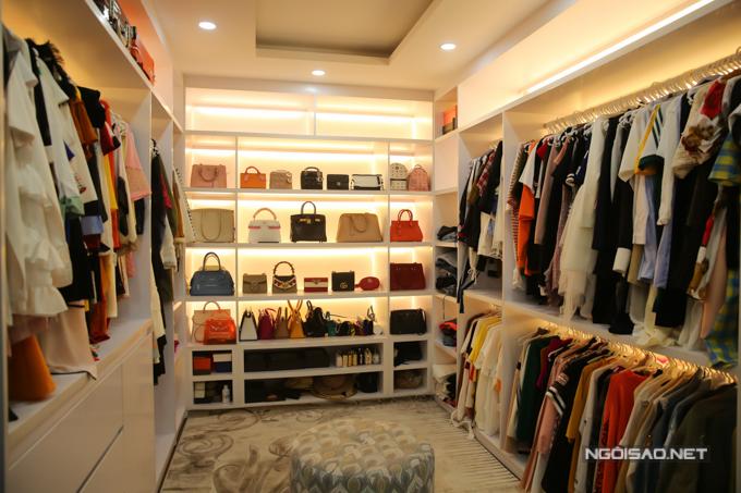 Một phòng ngủ khác được Cao Thái Hà sửa thành nơi chứa trang phục, túi xách hàng hiệu. Đây là không gian mà cô mong ước từ khi còn nhỏ nên cố gắng thực hiện khi có thu nhập ổn định.