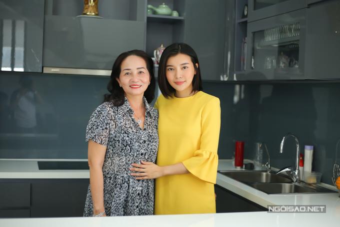 Cao Thái Hà và mẹ ruột tận hưởng cuộc sống an yên bên nhau.