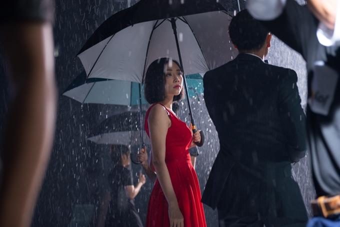MV được đạo diễn Kiên Ứngchăm chút khá kĩ lưỡng trong mỗi một khung hình, trang phục cho nhân vật.Đây cũng là MV đầu tiên của Tóc Tiên có một bố cục câu chuyện khá rõ ràng, liền mạch đem đến sự cao trào cần thiết.