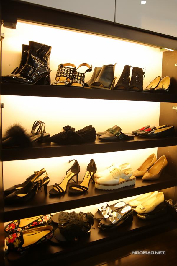 Hơn 100 đôi giày được Cao Thái Hà sắp xếp gọn gàng trong tù giày do chính bố của người đẹp thiết kế cho con gái.