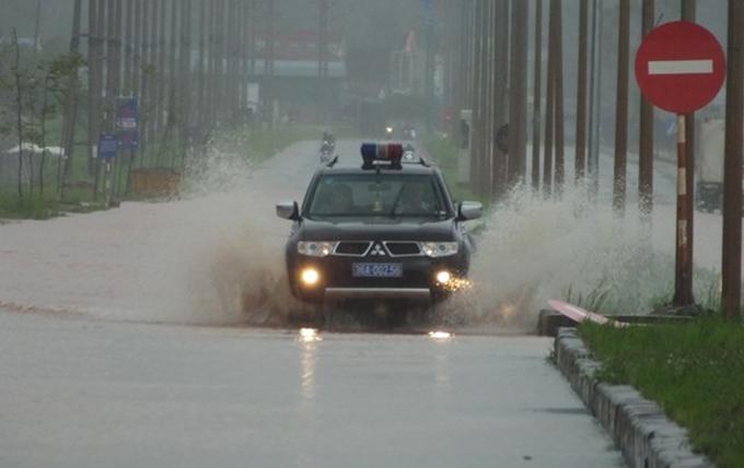 Mưa lớn kéo dài khiến nhiều tuyến đường và đồng ruộng ở Thanh Hoá ngập trong nước.