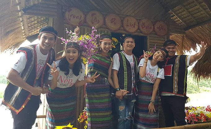 Lê Phương (thứ hai từ trái sang)là diễn viên cuối cùng tham gia hành trình này khi hội ngộ đồng nghiệp ở Buôn Ma Thuột. Ở các buổi giao lưu, khán giả rất hào hứng vì không chỉ được trò chuyện với dàn diễn viên mà còn lên sân khấu diễn lại một số phân đoạn trong phim.