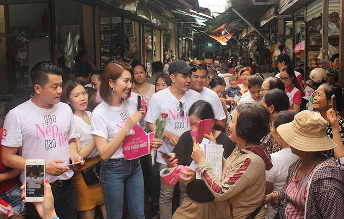 Dàn diễn viên Gạo nếp gạo tẻ vừa hoàn thành chuyến giao lưu với khán giả các tỉnh miền Trung - Tây Nguyên. Tham gia chuyến đi này bao gồm Thúy Ngân (vai Hân), Trung Dũng (vai Kiệt), Hoàng Anh (vai Công), Băng Di (vai Nhi), Thanh Thức (vai Tường), Lê Phương (vai Hương) và ca sĩ Vĩnh Bảo - người thể hiện ca khúc chủ đề của bộ phim.