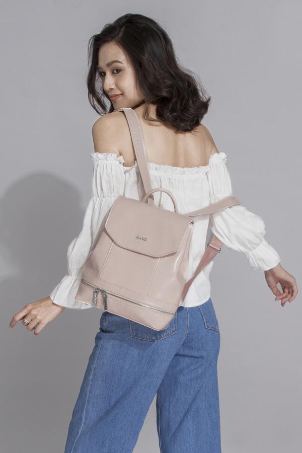 Ba lô thời trang với thiết kế đơn giản cho nàng yêu sự năng động. Sản phẩm được làm từ chất liệu da tổng hợp bền, đẹpgiữ đượcphom dáng lâu dài trong quá trình sử dụng.