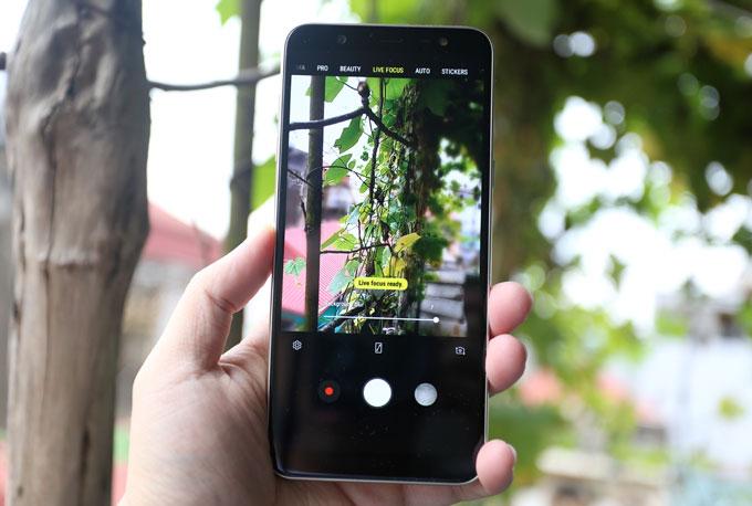 Trên các smartphone dòng J năm nay, Samsung đã tích hợp thêm đèn flash cho camera trước để có thể chụp thiếu sáng tốt hơn, đèn flash này có khả năng tùy chỉnh 3 mức độ sáng. Camera trước có độ phân giải 16 megapixel hỗ trợ làm đẹp, xóa phông bằng phần mềm và thêm sticker.