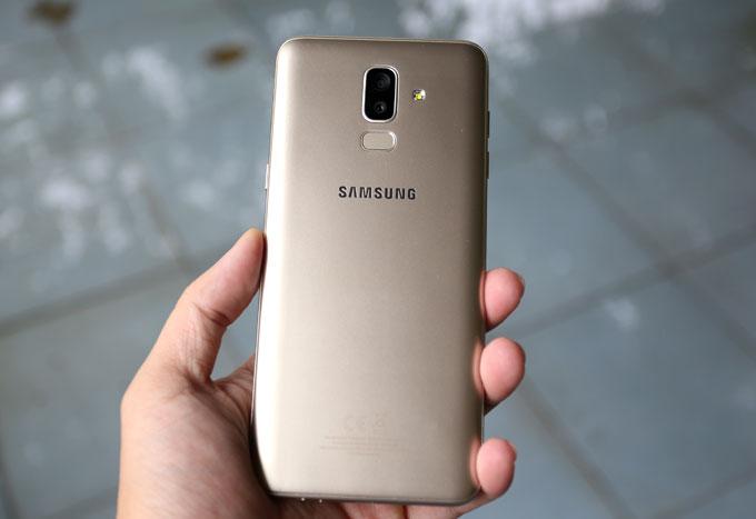 Một điểm khác lạ trên Galaxy J8 là máy được trang bị chip xử lý Qualcomm Snapdragon 450 thay vì Exynos như thường lệ. RAM của máy vẫn ở mức 3 GB và bộ nhớ trong là 32 GB. Cấu hình này thấp hơn so với các model cùng tầm giá hầu hết đã có RAM 4 GB và bộ nhớ trong 64 GB.