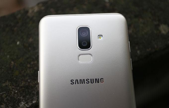 Galaxy J8 cũng được trang bị camera kép ở mặt sau trong khi hai đàn anh J4 và J6 vẫn chỉ là camera đơn. Cụm camera kép này gồm có một camera chính 16 megapixel và một camera phụ 5 megapixel và cũng được trang bị các tính năng mới của hãng như Live Photo và Art Bokeh.