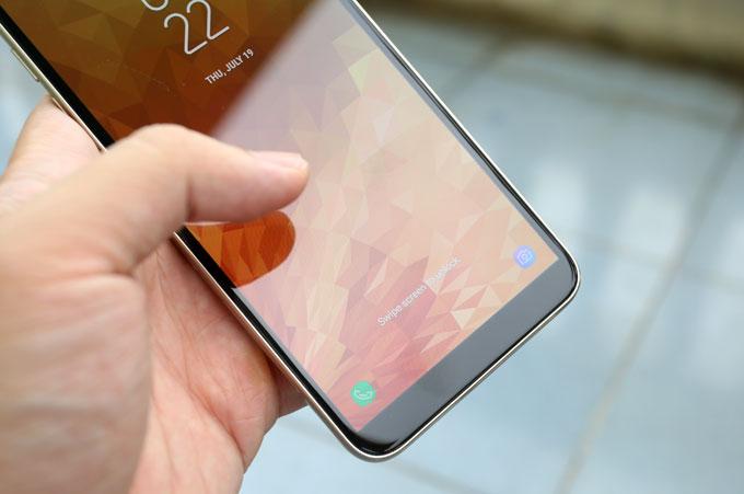 Samsung cài sẵn hệ điều hành Android 8 cùng giao diện Experience đặc trưng, hỗ trợ tốt màn hình vô cực. Ngoài ra, máy còn thừa hưởng các tính năng cao cấp như App Pair từ dòng Note, nhận diện gương mặt...