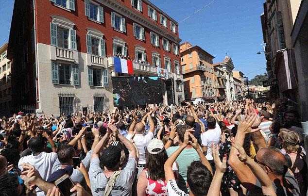 Hàng trăm CĐV Nice kéo đến City Hall để tri ân người con của địa phương.