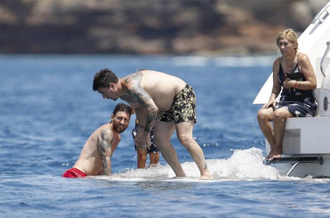Messi chơi đùa bên vợ con quên nỗi buồn World Cup - 11