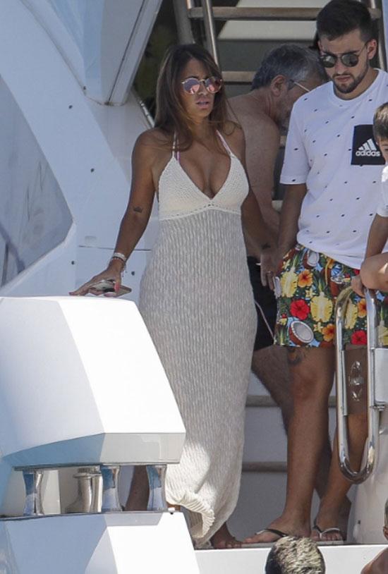 Antonella Roccuzzo chọn bộ váy dài phủ kín chân.