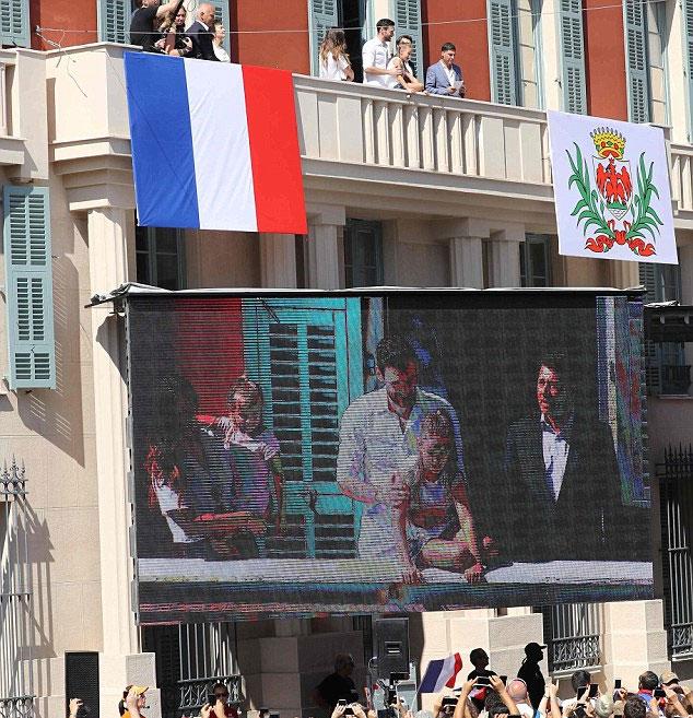 Phần giao lưu của Lloris và gia đình được truyền qua màn hình lớn.