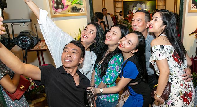 Trong ngày mừng người em thân thiết - nhạc sĩ Quốc Bình - lên chức ông chủ, Thu Hà nhí nhảnh tạo dáng cùng chủ nhân bữa tiệc và các khách mời.
