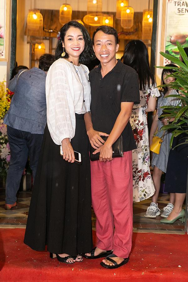 Ca sĩ Việt Hoàn ăn mặc giản dị, đội mưa đến dự sự kiện.