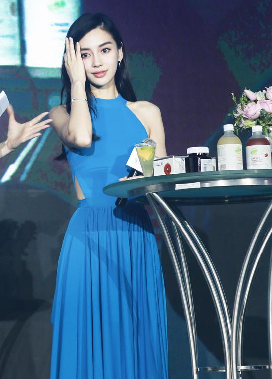 Khán giả QQ nhận xét, với bộ đầm này, Angelababy trông cao ráo và mảnh mai xinh đẹp chứ không hề gầy, như nhiều lời đánh giá trước đây.