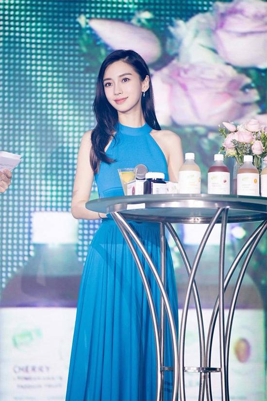 Bà xã Huỳnh Hiểu Minh thời gian này ngày càng đắt show. Cô vừa trở thành đại diện hình ảnh cho  Tencent Video Vip - trang phim trực tuyến nổi tiếng Trung Quốc. Trong khi đó, Angelababy còn là gương mặt thương hiệu cho nhiều hãng nhưDior, Adidas, Maybelline...
