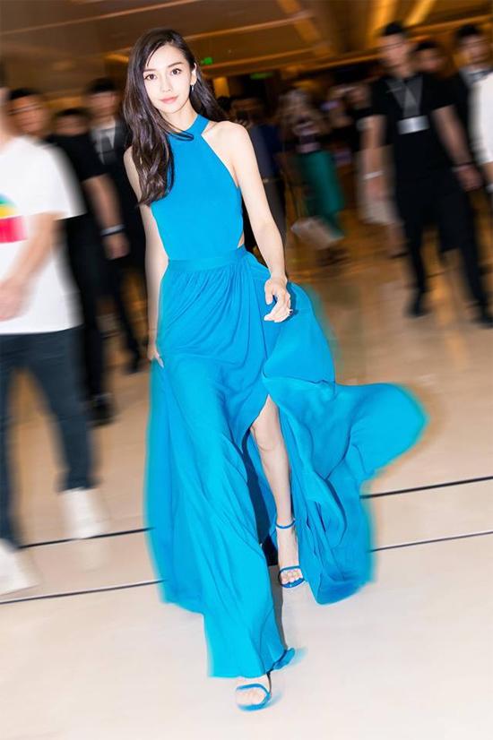 Khán giả QQ nhận xét, với bộ đầm này, Angelababy trông cao ráo và mảnh mai xinh đẹp chứ không hề gầy như nhiều lời đánh giá trước đây.