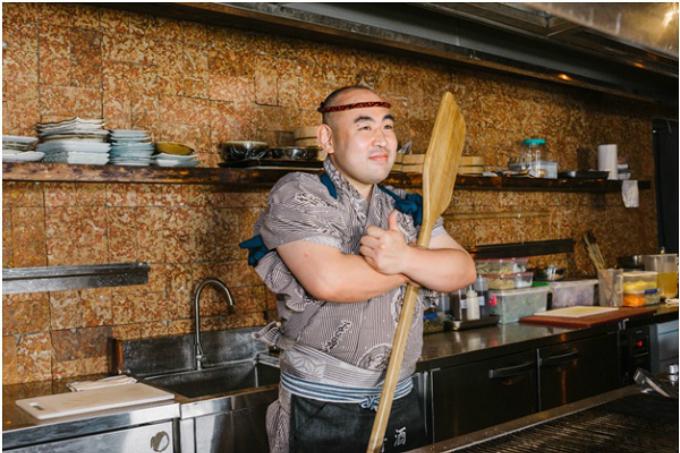 Các món ăn của quán được chính tay các đầu bếp Nhật Bản đảm nhiệm, nên hương vị cũng như cách phục vụ là nguyên bản. Trong tiếng Nhật, robata yaki có nghĩa là nướng bằng bếp lò. Theo dân gian, vào những ngày lênh đênh đánh bắt xa bờ, các ngư dân thường quây quần quanh bếp lò trên thuyền và ăn những món được chuyền cho nhau thông qua shamoji - chiếc muôi khổng lồ. Vật dụng này đã trở thành nguồn cảm hứng chính cho tên gọi của quán nướng này.