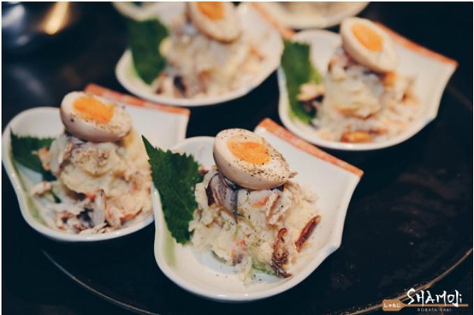 Saba kunse to nitamago no poteto salad (salad khoai tây cá ba sa) là một trong những món ăn giàu dinh dưỡng. Khoai tây nghiền kết hợp cá saba hung khói từ vỏ cây Sakura, tạo thành hương vị thơm đậm đà. Trứng gà lòng đào quyện cùng khoai tây và cá khi ăn tạo nên hương vị đặc sắc.