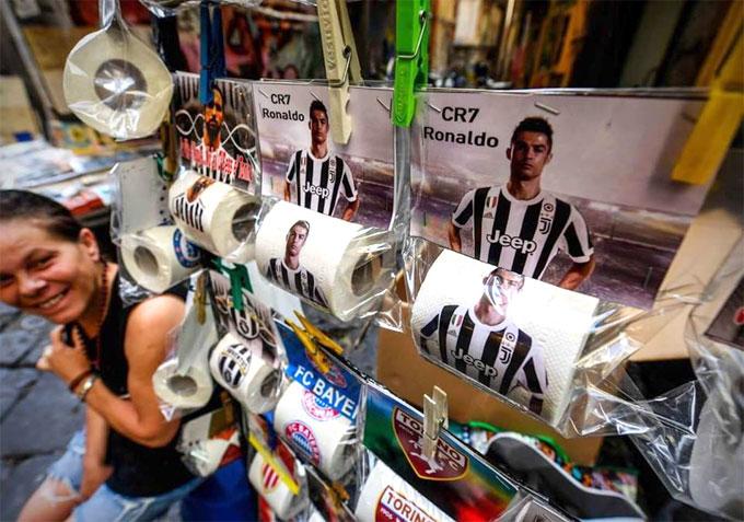 C. Ronaldo bị in mặt lên giấy vệ sinh - 1