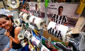 C. Ronaldo bị in mặt lên giấy vệ sinh