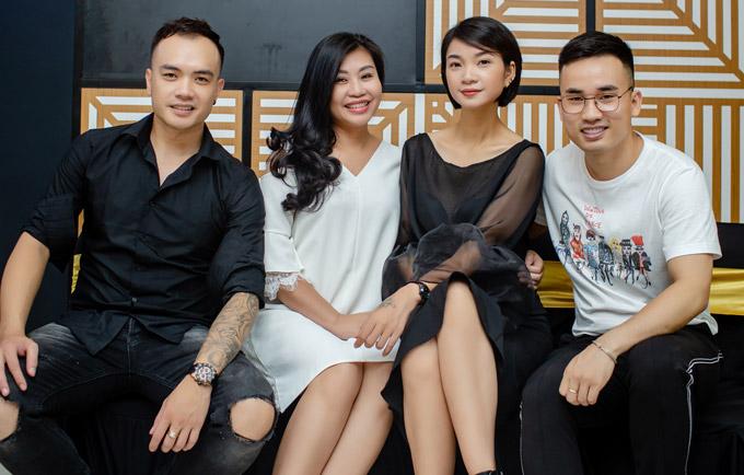 Nhà thiết kế Hà Duy (phải), NTK Anh Thư (thứ hai từ trái sang) cũng đến chia vui với Hạ Vy. Siêu mẫu tiết lộ, cô hợp tác cùng nhà tạo mẫu tóc Tuấn Anh (bên trái) mở salon tóc