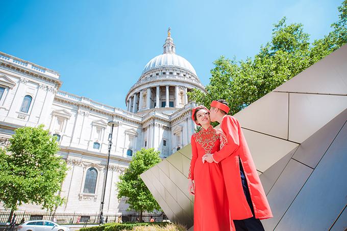Cô dâu chú rể chụp ảnh tại những địa danhgắn với chuyện tình của họ tại London.