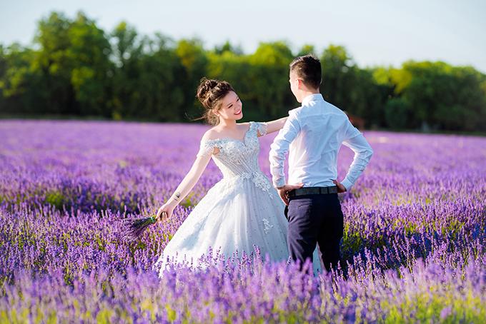 Với không gian lãng mạn của cánh đồng hoa oải hương, cả hai tạo dáng đơn giản và trao cho nhau ánh nhìn ấm áp.