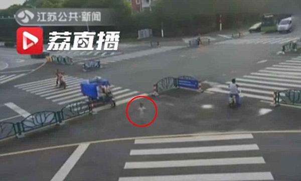 Cậu bé 5 tuổi một mình lang thang trên đường. Ảnh: Jiangsu TV.