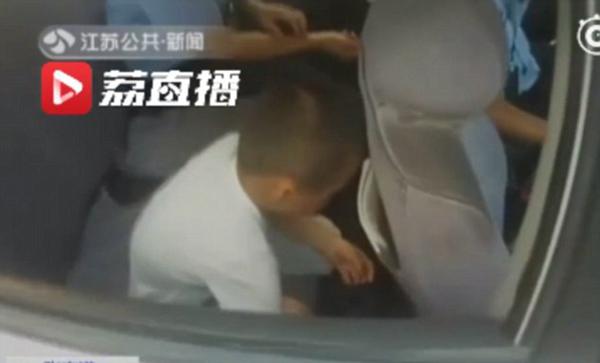 Cảnh sát đón cậu bé về đồn khi nhận được tin báo. Ảnh: Jiangsu TV.