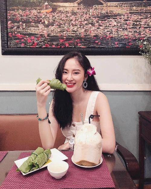 Angela Phương Trinh tranh thủ tạo dáng pose hình trước khi ăn. Người đẹp viết: Việc đưa đồ ăn thức uống vào cơ thể ảnh hưởng đến sức khỏe. Việc nói ra những lời không cẩn ngôn nguy cơ ảnh hưởng đến sự bình an.