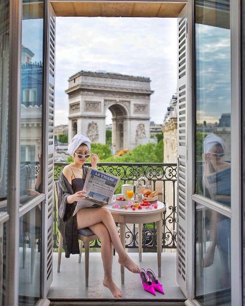 Cô vừa kết trở về từ chuyến du lịch Paris rất mực sang chảnh cùng bạn trai. Những bức ảnh ghi lại từ căn phòng khách sạn hạng sang, cửa sổ view ra những công trình nổi tiếng nhất Paris như Khải Hoàn Môn, tháp Eiffel cũng đủ tố cáo chi phí không nhỏ nàng tiểu thư đã dành cho chuyến đi lần này.