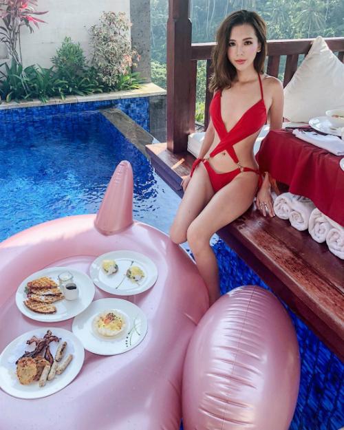 Lê Ngọc Phương Uyên hay còn được biết tới với nickname Uyenmeow là chủ một blog thời trang. Cô sinh năm 1994 tại Hà Nội, có 7 năm du học tại Mỹ và hiện cũng đang sinh sống ở đây. Ngoài đam mê với quần áo, giày dép, Phương Uyên còn là một tín đồ du lịch thực thụ với rất nhiều hình ảnh du lịch