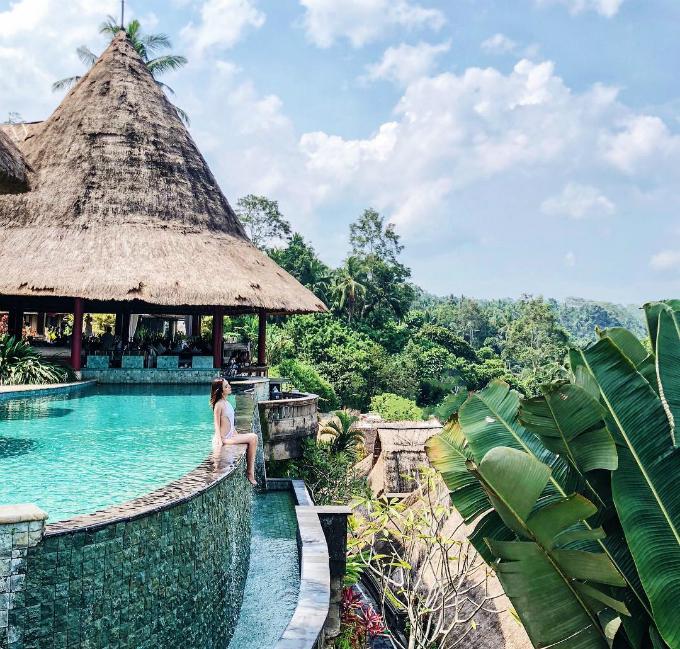 Mới đây nhất là chuyến đi Bali được Phương Uyên đăng tải trên Instagram cùng những chia sẻ ở nơi dừng chân. Viceroy BaBali thực sự là một thiên đường. Tôi đã có khoảng thời gian thư giãn tuyệt vời ở đây. Tôi nghỉ tạiDeluxe Terrace Villa với giá 900 USD một đêm. Nó thực sự rất dễ thương và có mọi thứ bạn cần cho một kỳ nghỉ hoàn hảo. Nơi tôi thích nhất là bể bơi lộ thiên trong ảnh. Nhân viên rất thân thiện. Bali rất độc đáo so với hầu hết các điểm đến còn lại ở châu Á. Tôi rất thích, đồng thời cũng cảm nhận được những nét văn hóa nơi đây, cô chia sẻ.