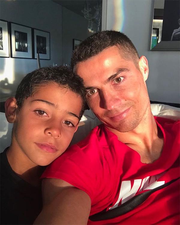 Bức ảnh CR7 selfie cùng con trai, đăng ngày 17/6, nhận được hơn 9,6 triệu lượt like.