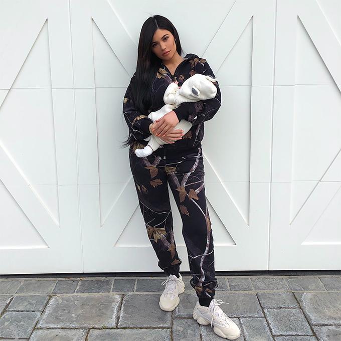 Xếp hạnghai cũng là một tấm hình khác củaKylie Jenner. Bức ảnh cô bế con gái, chia sẻ ngày 2/3, nhận được hơn 13 triệu lượt like.