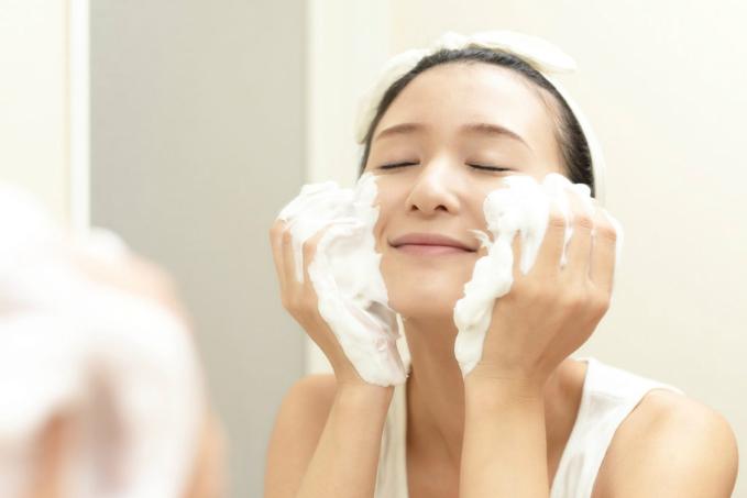 Làm sạch mặt giúp các bước dưỡng da kế tiếpphát huy công dụng.