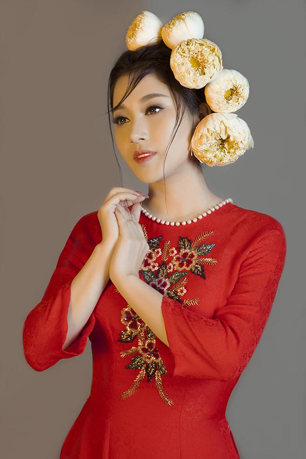 Tố My duyên dáng cùng   áo dài thêu hoa