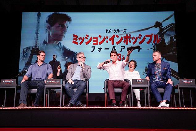 Tom Cruise tham gia buổi họp báo cùng các bạn diễn Henry Cavill, Simon Pegg và đạo diễn Christopher McQuarrie (thứ hai từ trái sang).
