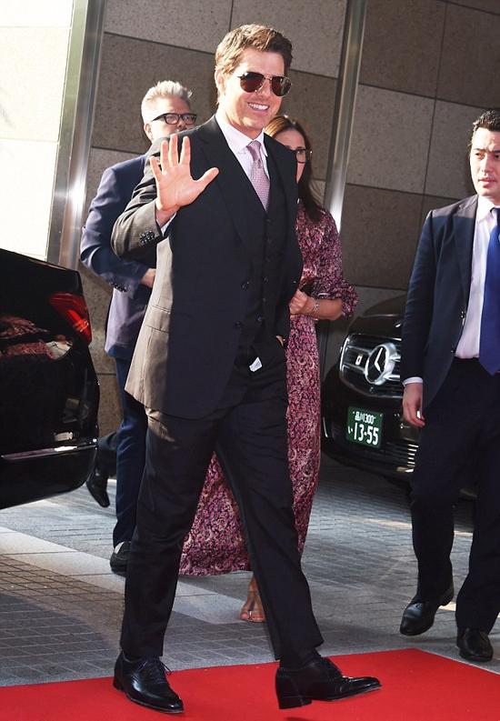 Tom Cruise rạng rỡ vẫy tay chào người hâm mộ và các phóng viên ảnh mà không hay biết đã gặp sự cố trang phục khi anh tới dự buổi chiếu phim Mission: Impossible: Fallout (Nhiệm vụ bất khả thi: Sụp đổ) tại thủ đô Tokyo hôm qua.