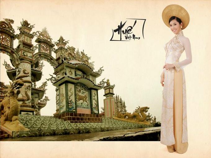 Á khôi trang sức cùng êkíp thực hiện nhiều bộ ảnh để giới thiệu với các thí sinh về vẻ đẹp của đất nước và văn hóa Việt Nam.