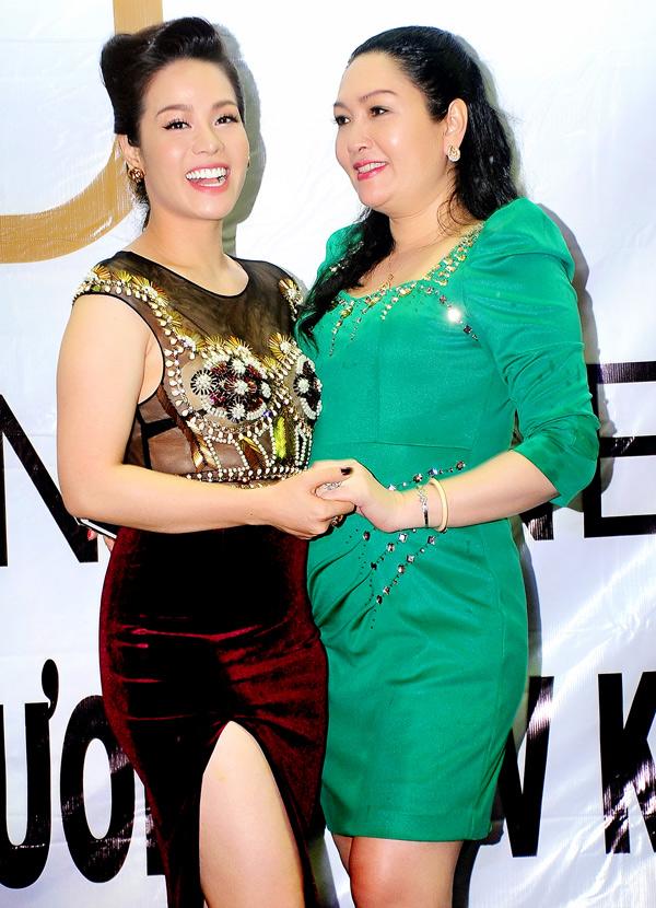 Nhật Kim Anh chúc mừng chị gái mạnh dạn làmkinh doanh. Nữ ca sĩ là người luôn đồng hành, hỗ trợ chị cả về vật chất và tinh thần.