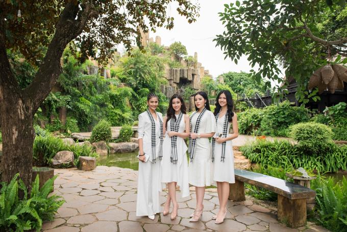 Tại các buổi giao lưu, bốn người đẹp vàTrung Nguyên Legend tặng gần 10.000 cuốn sáchcho sinh viên, các bạn trẻ và người dân nơi đây.
