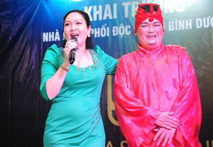 Nghệ sĩ hài Phúc Béo biểu diễn tại buổi ra mắt cơ sở kinh doanh của Kim Tính ở Bình Dương.