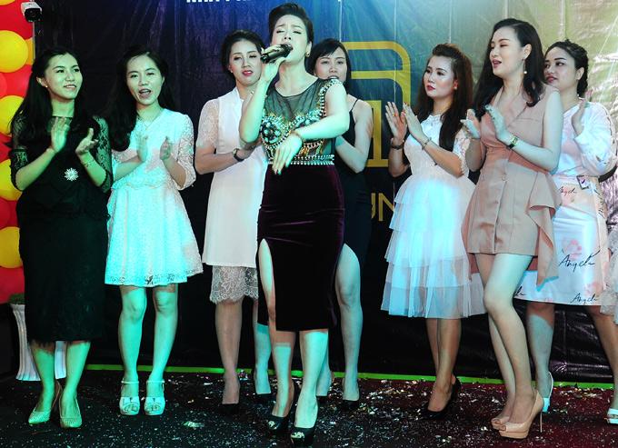 Nhật Kim Anh biểu diễnnhiều ca khúc như Lâu đài cát, Xin đừng hái hoa, Thà người đừng hứa, Mưa đã tạnh... Cô được các khách mời cổ vũ và nhảy múa phụ họa nhiệt tình.