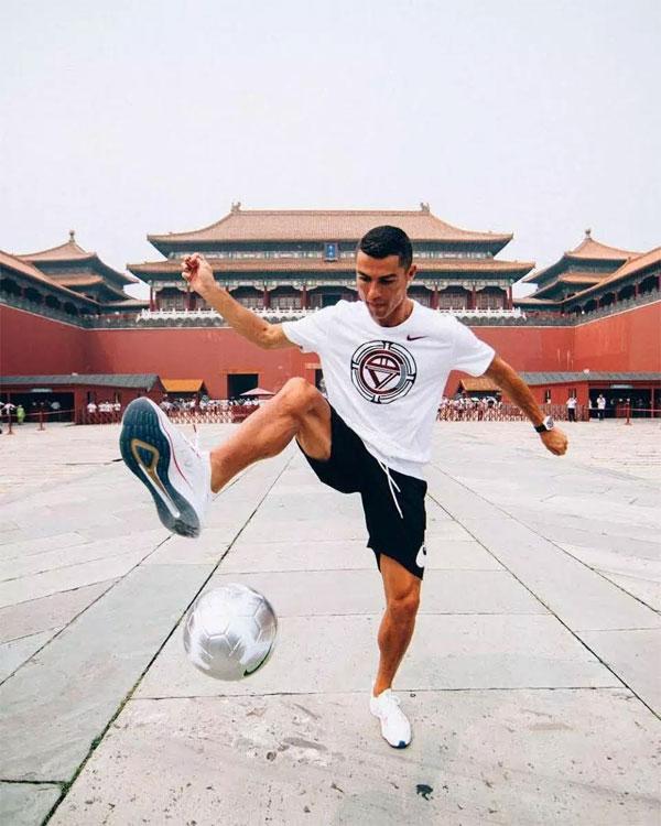 C. Ronaldo biểu diễn tâng bóng ở Bắc Kinh...