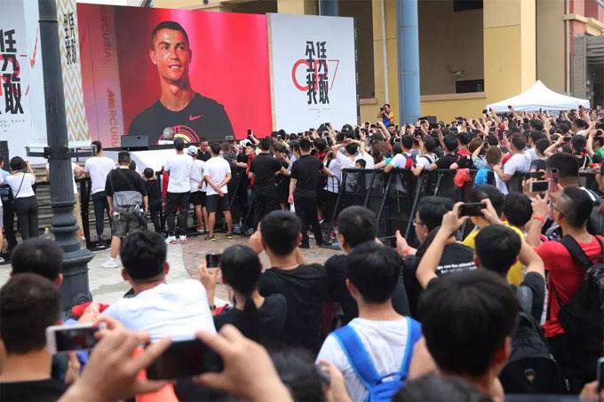 Màn hình lớn được dựng lên trong buổi giao lưu với C. Ronaldo để đáp ứng nhu cầu của người hâm mộ. Anh có mặt ở nhiều thành phố lớn tại Trung Quốc trong những ngày tới.
