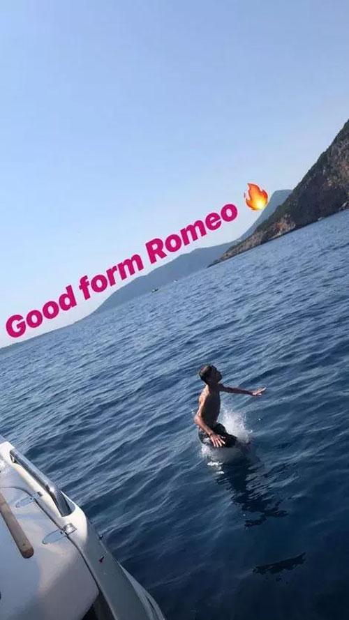 Nhà thiết kế thời trang cũng dành lời khen về thân hình khỏe mạnh cho cậu con trai thứ hai Romeo. Vic cũng hướng Romeo theo nghiệp thể thao giống bố với môn yêu thích của anh là tennis.
